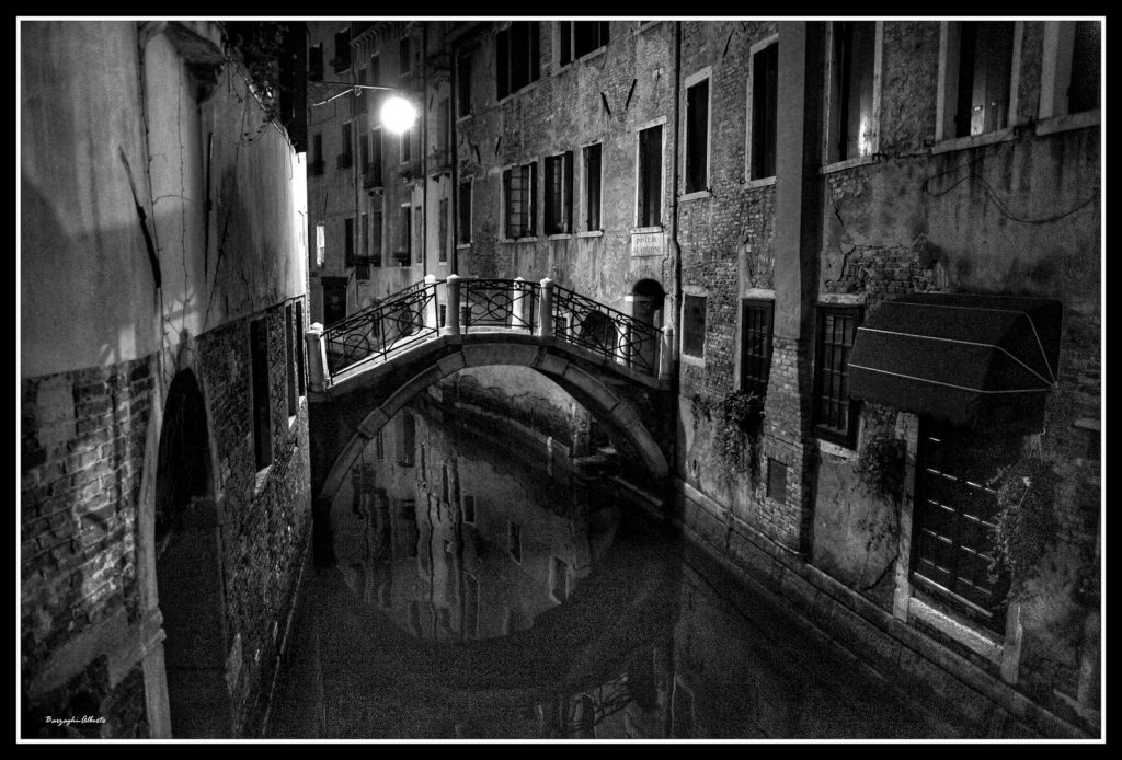ponticello-di-venezia-in-bn-5ef0d503-4274-4013-97e8-2890cbb06208